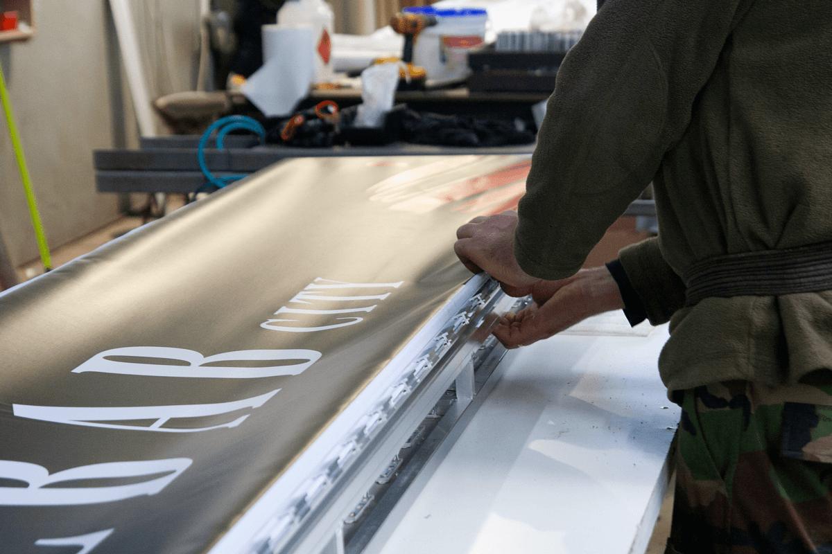 Naciąganie materiału na kasetonie świetlnym KEBAB CITY